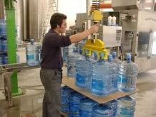 Handhabung von Flaschen und Gläsern