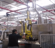 Manipulación de cilindros hidráulicos con el manipulador de carriles INDEVA. El autoequilibrio y la ergonomía ayudan al operador en todas las operaciones