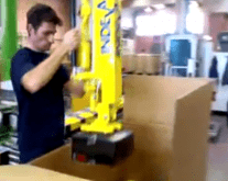 Mover las cajas con total ergonomía y seguridad con los manipuladores industriales INDEVA, aumentando la productividad de las empresas.