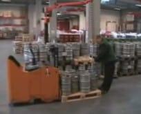 INDEVA Industriemanipulator mit Säule, Elektronik, mit Seil und Spezialhaken für die manuelle Bierfässer handhabung in absoluter Ergonomie.