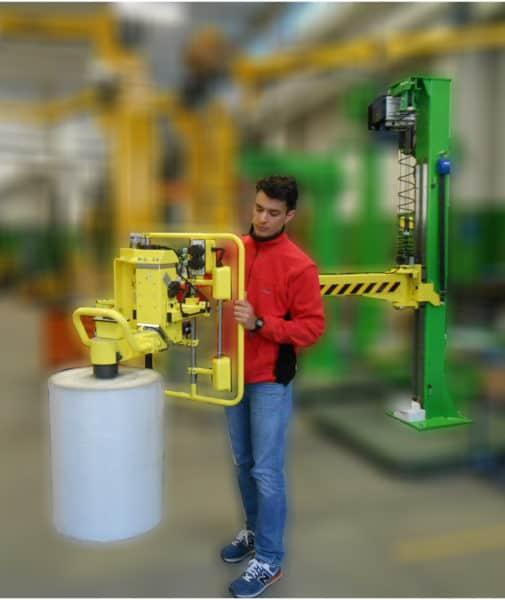 Manipulateurs industriels de dernière génération INDEVA pour manipuler les bobines de fibres textiles avec un outil adapté à leur préhension. La grande polyvalence des outils de préhension permet de manipuler des charges de différentes formes et tailles, grâce à une manipulation ergonomique et intuitive, les systèmes de levage INDEVA, qui sont auto-équilibrants, permettent des mouvements rapides et en même temps précis.