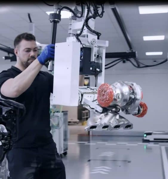 INDUSTRIAL MANIPULATOR FOR HANDLING CAR PARTS IN THE AUTOMOTIVE INDUSTRY