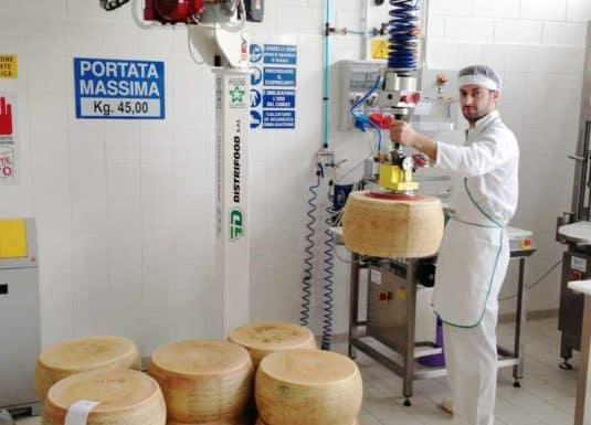 Manipulations de fromages avec un simple crochet en inox connecté à la tête standard d'un INDEVA