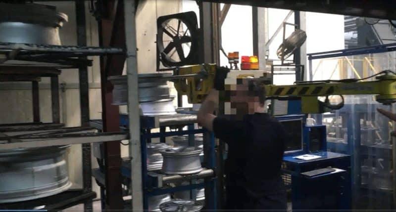 Pour le stockage des pneus sur étagères, un manipulateur linéaire INDEVA® est la solution la plus moderne.